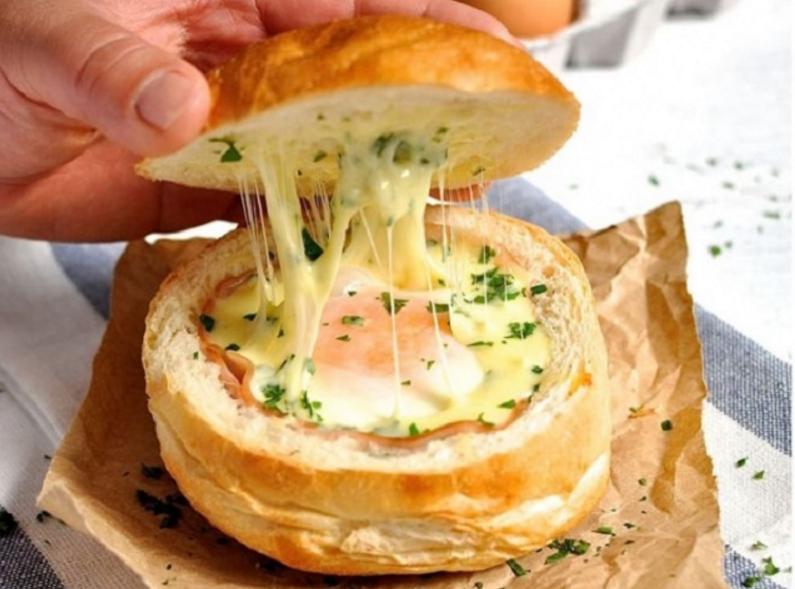 Zsemlében sült tojás sajttal