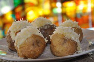 Héjában sült burgonya fokhagymás tejföllel és reszelt sajttal