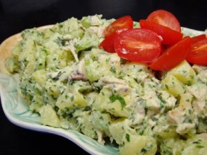 A Petrezselymes-Tejfölös burgonyasaláta Elkészítése: Előző nap megfőzzük a burgonyát, és megtisztítva karikára vágjuk. 2 dl vízben néhány percig forral